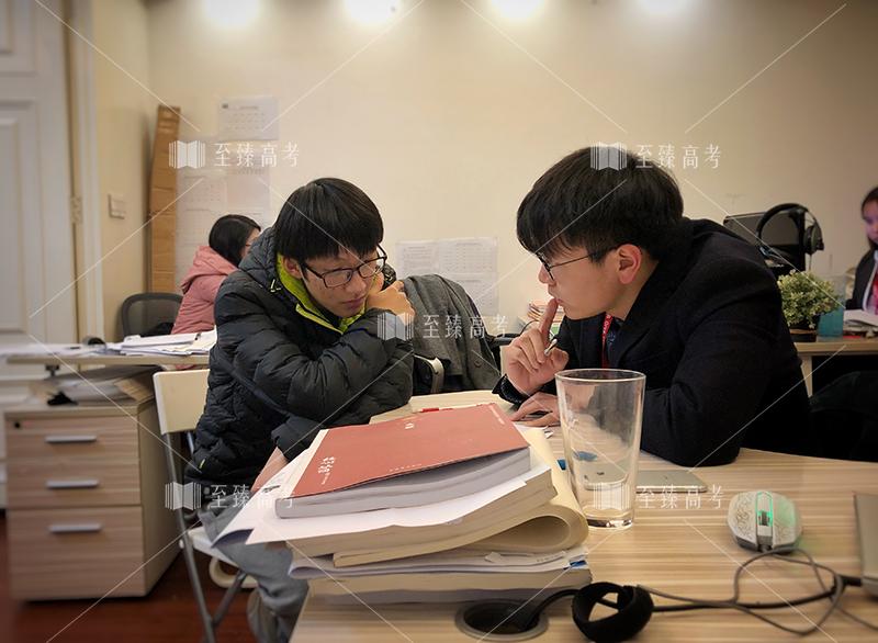 武汉至臻JBO电竞比赛张校长正在一对一指导数学